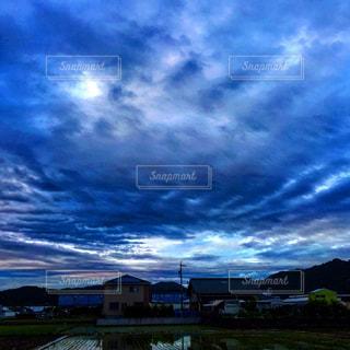 曇り空と田舎の景色の写真・画像素材[1691423]