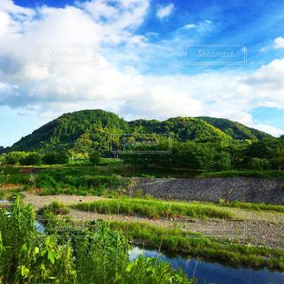 緑豊かな川と山と空の写真・画像素材[1694372]