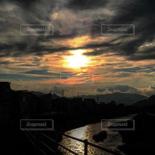 川と夕日の写真・画像素材[1694409]