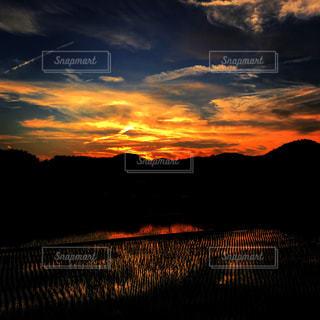 田んぼと山と夕焼けの写真・画像素材[1694410]