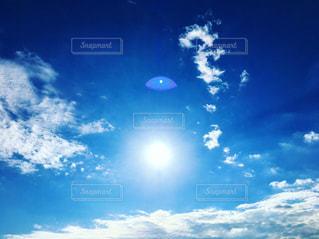 太陽と青い空の写真・画像素材[2116873]