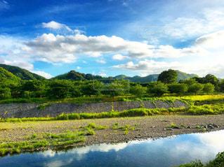 田舎の川と山の写真・画像素材[2190262]