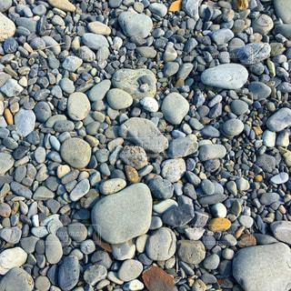 浜辺の石の写真・画像素材[2245978]