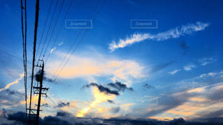 空に雲の群の写真・画像素材[2312427]