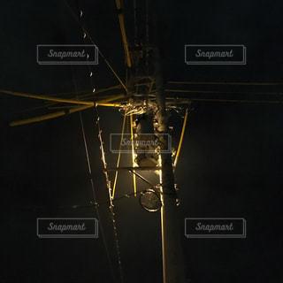 暗闇の中の街灯の写真・画像素材[2352132]
