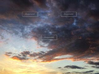 夕焼けと黒い雲の写真・画像素材[3678552]