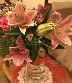 テーブルの上の花の花瓶の写真・画像素材[1446262]