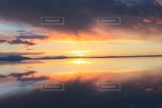 夕焼け空に浮かぶ雲の写真・画像素材[1430690]