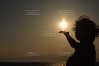 手のひらに太陽の写真・画像素材[1428873]