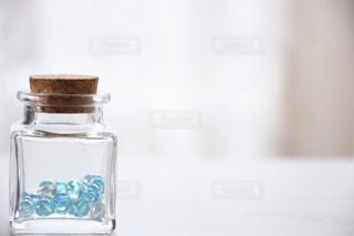 ガラス瓶に入ったビー玉の写真・画像素材[1429452]