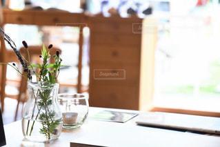 テーブルの上の花瓶の写真・画像素材[1429537]