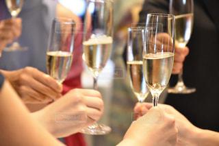 ワイングラスを持つテーブルに座っている女性の写真・画像素材[1429551]