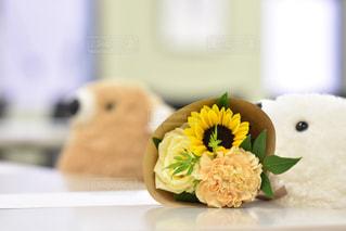 テーブルの上の花の花瓶をのせた白プレートの写真・画像素材[1429552]