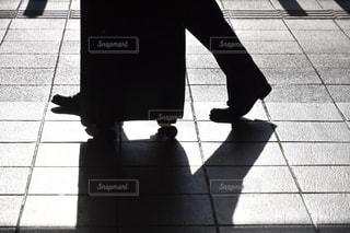 歩道の上に立っている人の写真・画像素材[1432868]