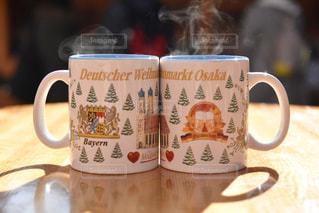 テーブルの上のコーヒーのマグカップの写真・画像素材[1432872]
