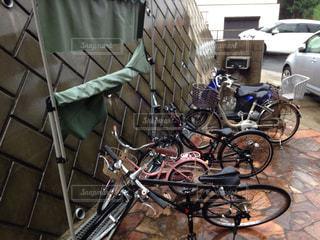雨に濡れる自転車の写真・画像素材[1430820]