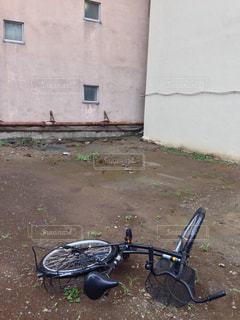 壊れた自転車と空き地の写真・画像素材[1430888]