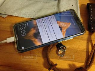 充電中のスマートフォンの写真・画像素材[1431197]