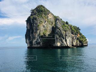 海に浮かぶ小さな島の写真・画像素材[1429359]