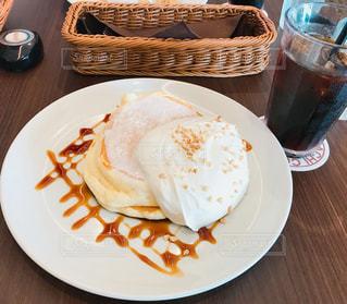 テーブルの上に食べ物のプレートの写真・画像素材[1430435]