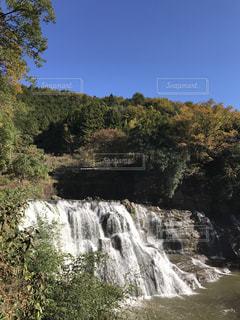 森の中の大きな滝の写真・画像素材[1430440]