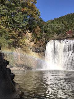 滝にかかる虹の写真・画像素材[1433351]