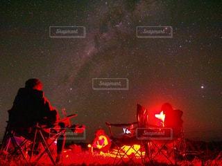 夜ライトの停留所で座っている人々 のグループの写真・画像素材[1509698]