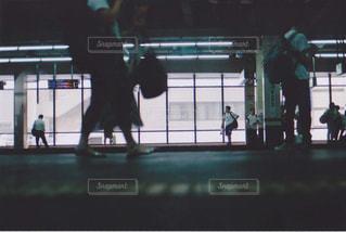 電車を待つ人々の写真・画像素材[1430291]