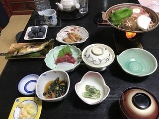 テーブルの上に食べ物のボウルの写真・画像素材[1434734]