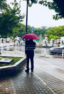 赤い傘を持っている人の写真・画像素材[1430785]