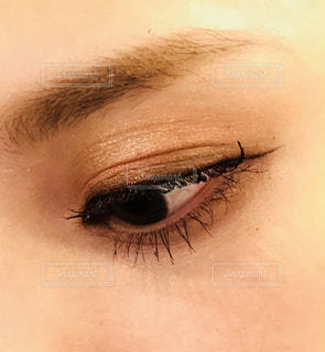 近くに人の目のアップの写真・画像素材[1432556]
