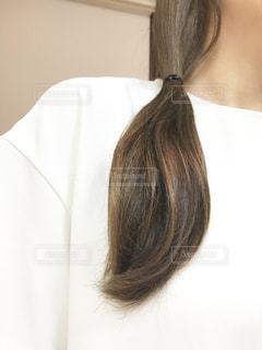 黒い髪と白いシャツを着ている女性の写真・画像素材[1436968]