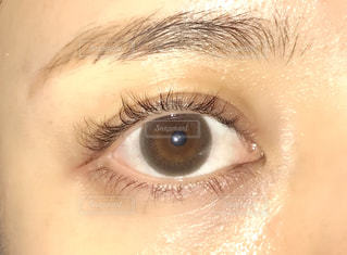 近くに人の目のアップの写真・画像素材[1531353]
