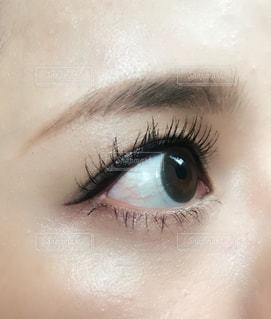 近くに人の目のアップの写真・画像素材[1533072]