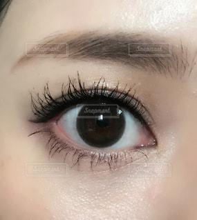 近くに人の目のアップの写真・画像素材[1533073]