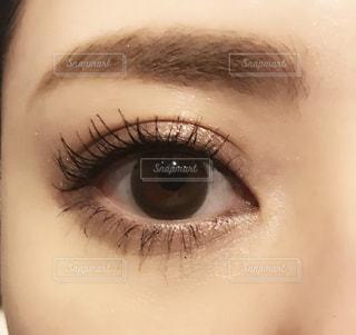 近くに人の目のアップの写真・画像素材[1671194]