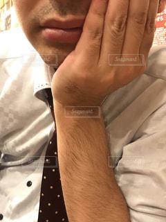 近くの白いシャツを着た男の写真・画像素材[1684020]