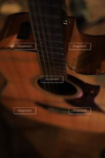 近くにギターのアップの写真・画像素材[1456763]