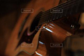 近くにギターのアップの写真・画像素材[1456764]