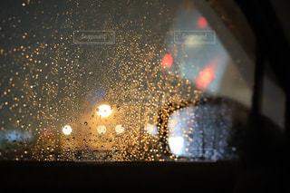 車のミラーとガラス越しの雨の写真・画像素材[1466332]