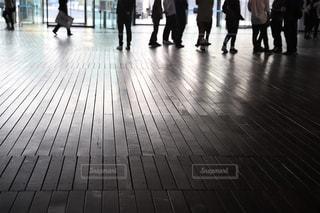 床の上を歩く人々 のグループの写真・画像素材[1486731]