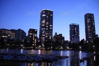 バック グラウンドで市と水の体の上の橋の写真・画像素材[1700135]