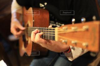 ギターを弾いてる指元アップの写真・画像素材[1782920]