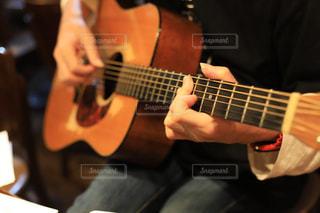 ギターを持っている人の写真・画像素材[1782921]