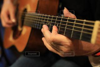 ギターを弾いてる人の手の写真・画像素材[1782922]