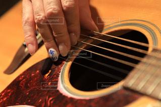 ギターを弾く爪。ネイルに令和の写真・画像素材[2062018]