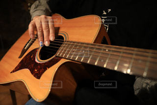 ギターを弾く男性の爪のネイルは令和の写真・画像素材[2062019]