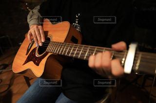 ギターを弾く男性の爪のネイルに令和の写真・画像素材[2062020]