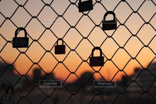 願いをこめてフェンスに付けれた鍵の写真・画像素材[2123555]