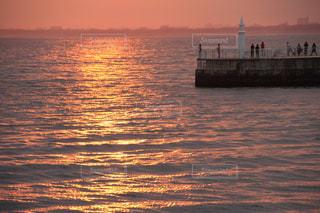 水域に沈む夕日の写真・画像素材[2728925]